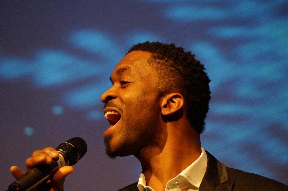 """SonntagEWJR-Bühne Curtiplatz10:30 - 12:00 - Joe Gabriel C ist Sänger, Songwriter, Vocal/Chor-Coach und Model.Er wurde im November 1981 in Nigeria geboren. Schon als Junge widmete er sich mit ganzer Hingabe der Musik. In der Dorfkirche wurde er in den späten 80ern Leadsänger des Kinderchors und Leader des Percussion-Ensembles.Als Teenager zog Joe nach Lagos, in die Hauptstadt Nigerias. 2004 kam er in die Schweiz (Kanton Bern). Hier, in einer neuen Kultur, startete er seine Karriere neu. Er bildete sich aus, in Musiktheorie, Gesang, Performance und Studioproduktion, und schloss seine Studien an der Hochschule für Künste in Bern ab.In und ausserhalb der Schweiz tritt Joe als Solokünstler, mit Band oder als Chorleiter auf. Er hat mit bekannten nationalen und internationalen Künstlern zusammengearbeitet. In verschiedenen sozialen Integrations- und Jugendprojekten, bei Non-Profit-Organisationen und Schulprojekten ist Joe ebenfalls aktiv.2012 erschien Joes erste EP """"Here I Come"""". Die Single """"Mma Mma Diri Gi"""" seines ersten Albums """"Versatile Praiz"""" (2014) wurde über längere Zeit in der Schweiz, Ghana, Kenia und Nigeria auch am Radio gespielt.Joe ist musikalisch inspiriert von Künstlern wie Stevie Wonder, Ray Charles, Bill Withers, B. B. King, Jonathan Butler und vielen mehr.In einem Interview mit livenet.ch erklärte Joe einmal: """"Gott hat mich von der Strasse geholt und mich auf die Bühne gebracht. Er gab mir einen Sinn für mein Leben und half mir mein Potential zu erkennen.""""Hier reinhören ♫Zur Website 🔗"""