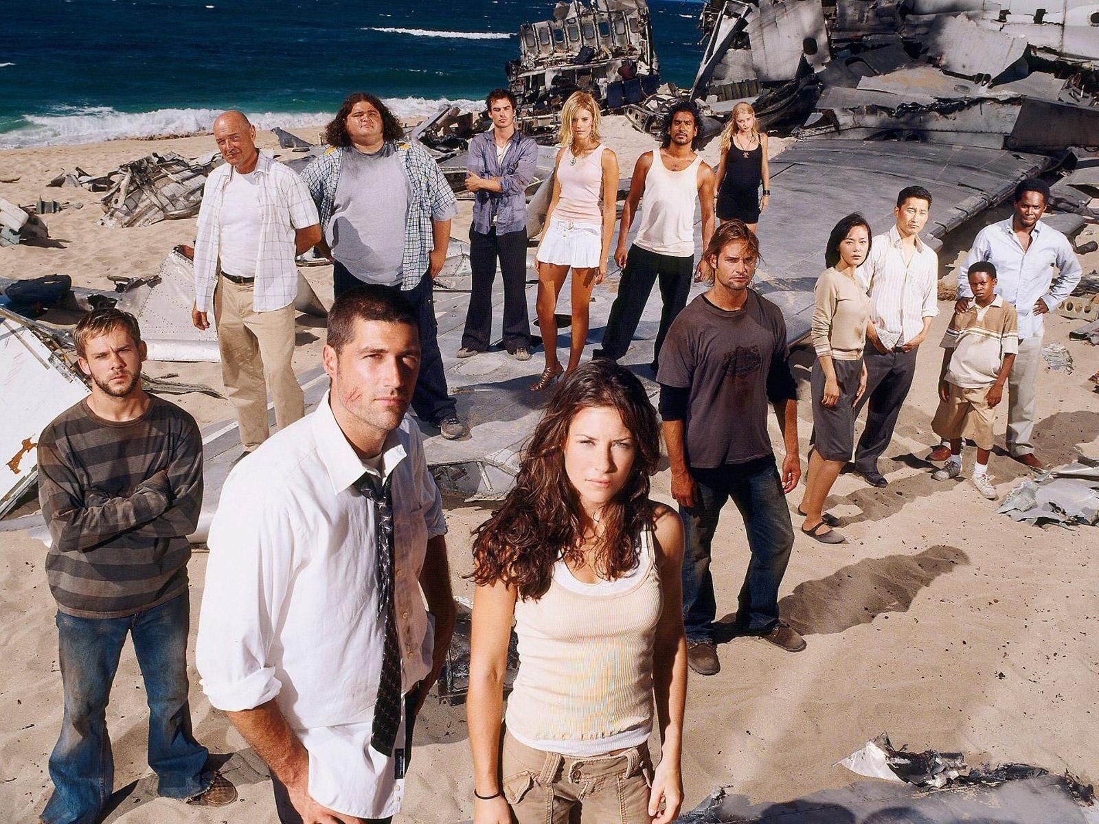 Cast di Lost sul set della prima puntata della serie. Gli attori sono in piedi sulla spiaggia, davanti alle rovine dell'aereo. Autunno 2004.