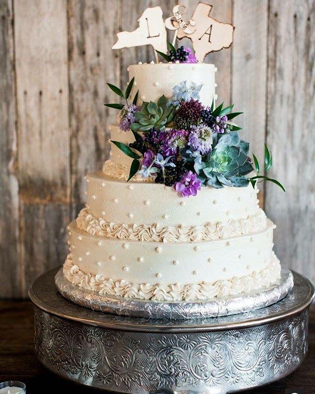 Cake vibes 👌🏼 . . . . . . #texas #crickethillranch #hillcountrywedding #cake #weddingcake #weddingfun #weddingday