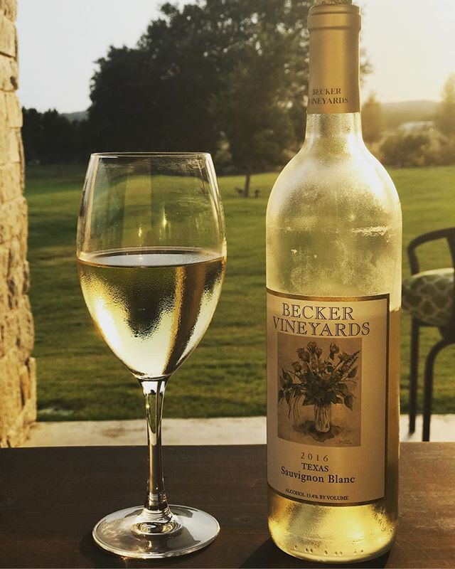 Texas wine tasting + CHR sunset =  peaceful evening. ☀️ . . . . . . #cheers #crickethillranch #sunset  #texas #wine #texaswine #beckervineyards #wedding #weddingvenue