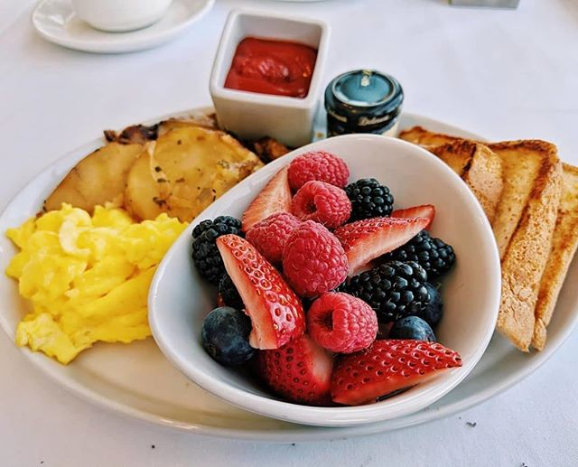 Fuel up for an Atlanta adventure with brunch at Sun Dial. We think this dish should do the trick. 📸 @viajesdevalerie