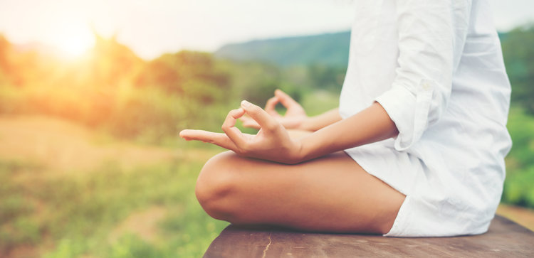 Mulher Meditando no seu ritual matinal