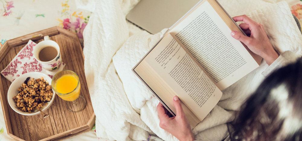 Lendo um livro no seu ritual matinal