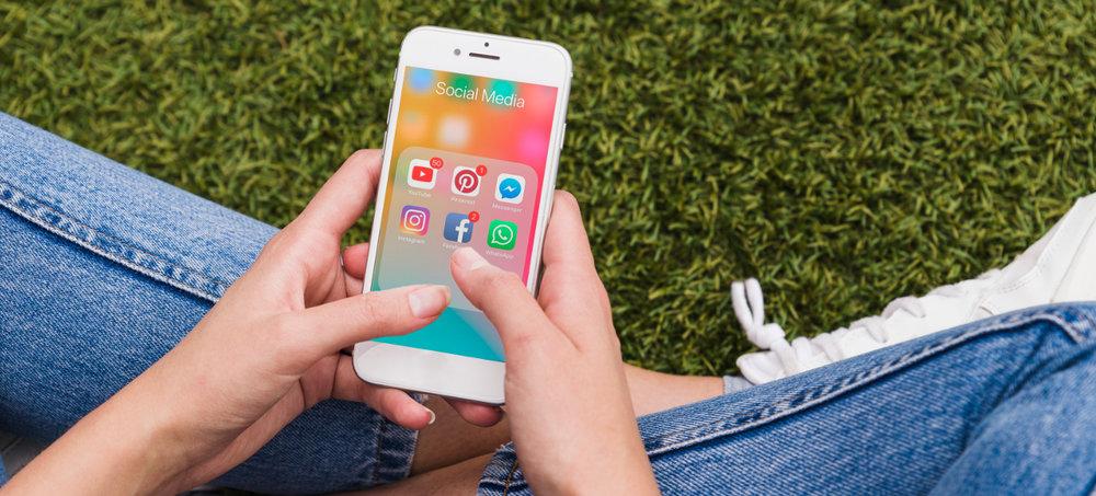 Mulher usando as redes sociais no smartphone