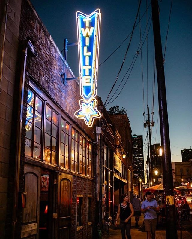 Looking for a chill night out paired with great music? Check out @thetwilitelounge for a great time!  The bartenders make a mean old-fashioned and treat you like family. Thank for sharing, @alandcvan!
