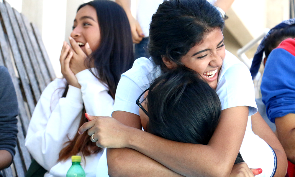 Lilia Quintal felicita a Joselyn Méndez luego de haber ganado la dinámica en la clase de Física