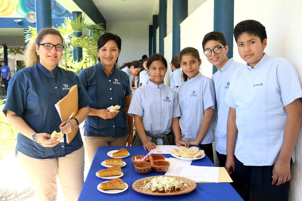Alumnos de primero de secundaria con su menú de arepas, codzitos y panes