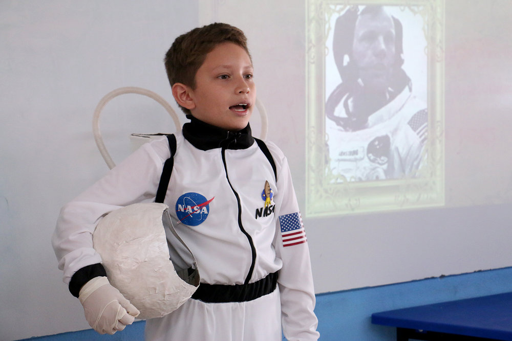 Alex Lara expone en su papel del astronauta Neil Armstrong.