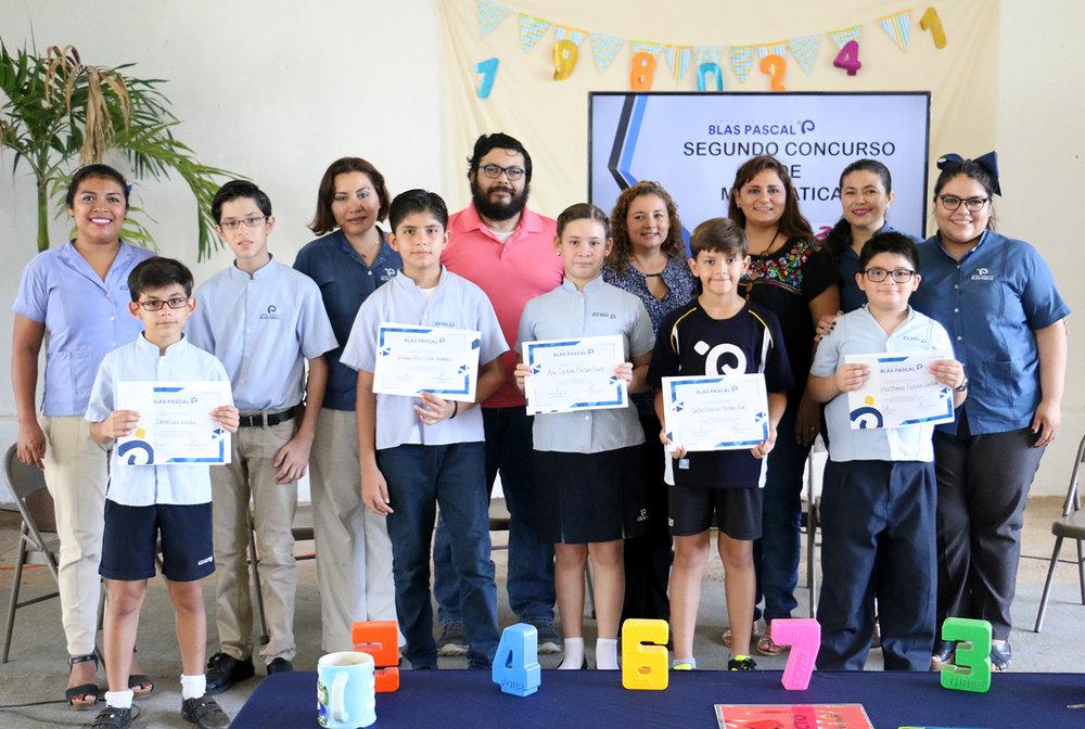 Alumnos ganadores del 2do.Concurso de Matemáticas, junto con el jurado y profesores.