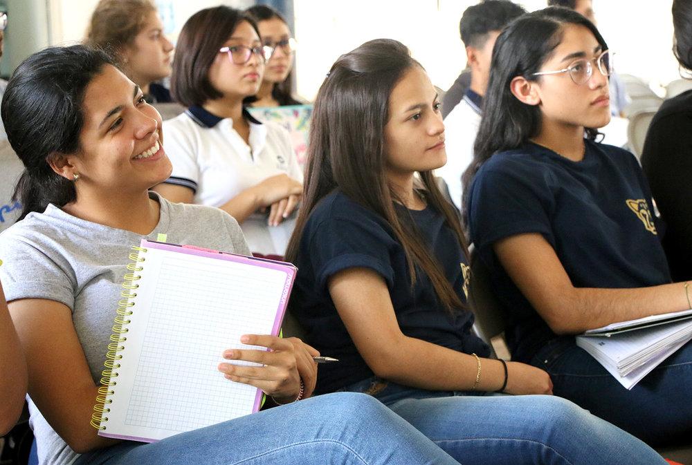 alumnos en mesa panel