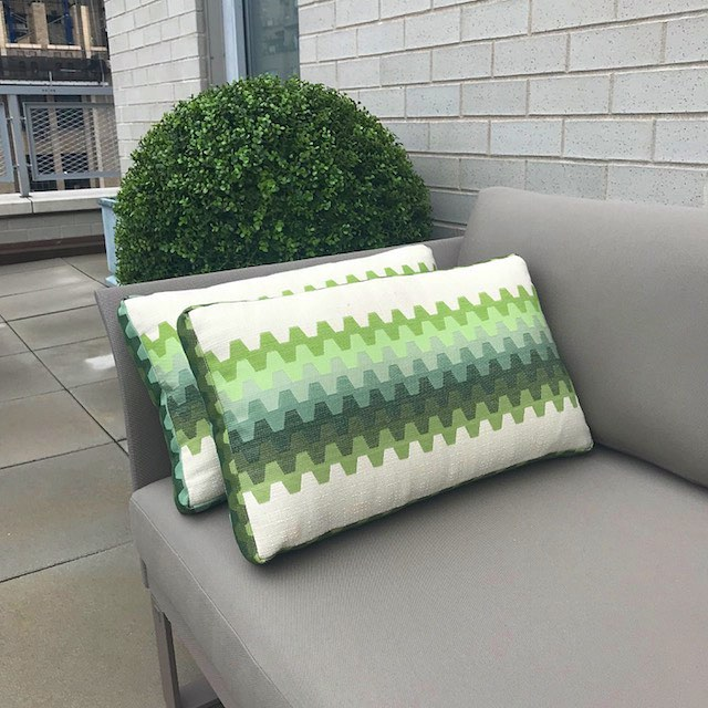 This pair found the perfect spot #upontheroof #nyc #perfectpair #rooftopliving #outdoorfurniture #exteriordesign #throwpillows #greendays #pattern #textiles #instagood #boywonderdesign