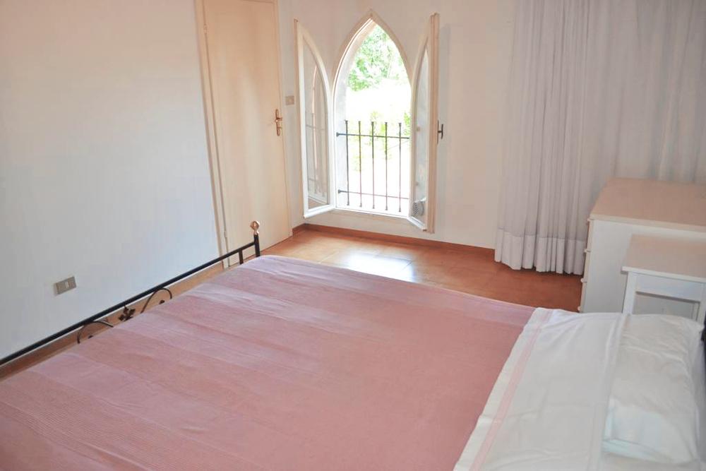 Guarini-Matteucci-Castelfalcino-azienda-vinicola-villa-liberty-B&B-camera-matrimoniale-finestra.png