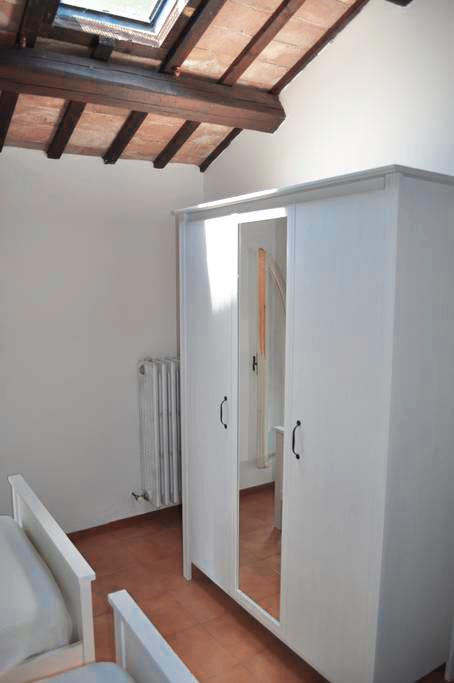 Guarini-Matteucci-Castelfalcino-azienda-vinicola-villa-liberty-B&B-arredi-interni-armadio.png