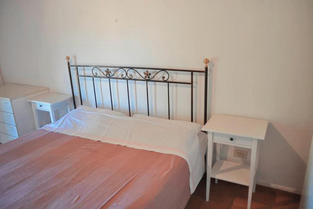 Guarini-Matteucci-Castelfalcino-azienda-vinicola-villa-liberty-B&B-arredi-interni-letto-matrimoniale.png