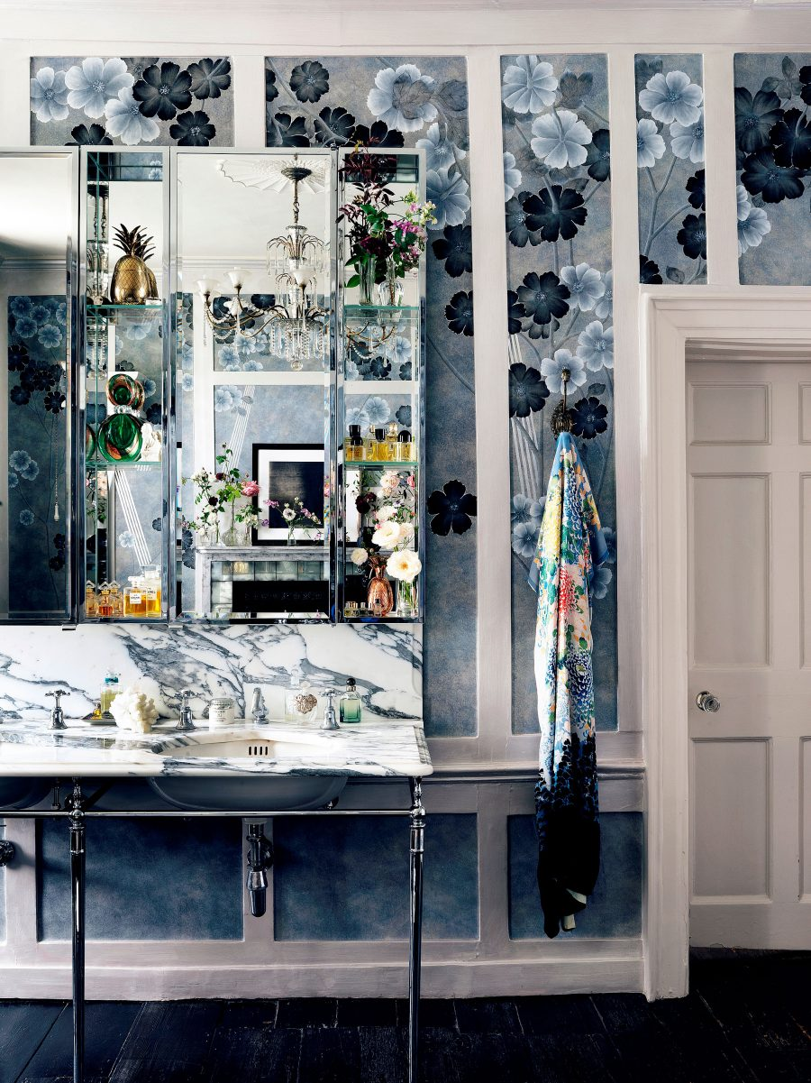 de-Gournay-with-Kate-Moss-hanlowd-painted-Anemones-in-Light-wallpaper-Dusk-colourway-II-900x1201.jpg