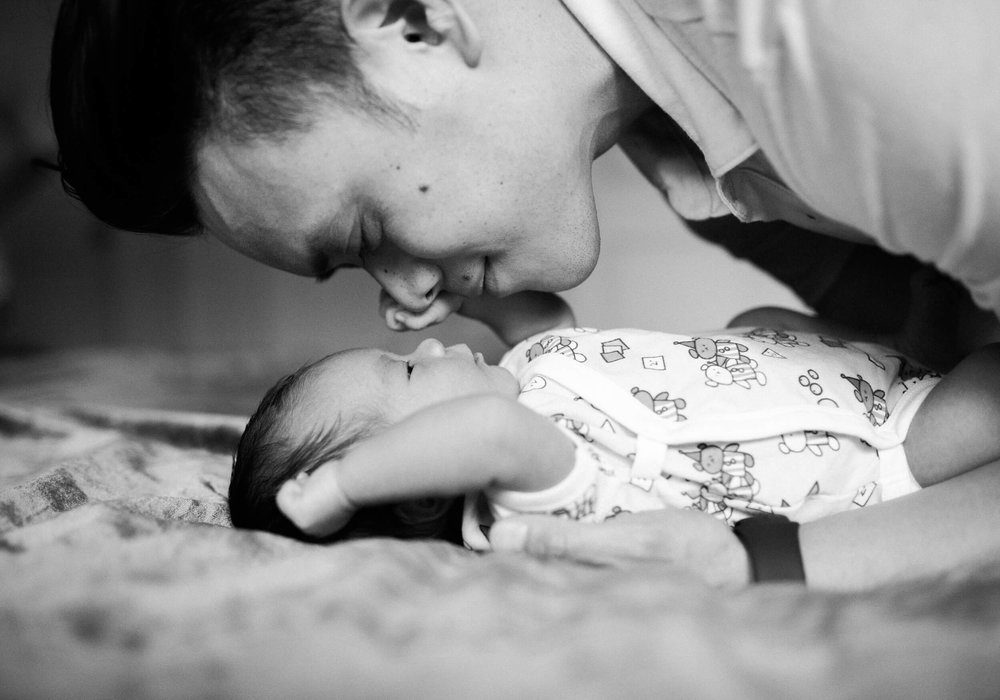 Photo by Lindsey Victoria Photography Brooklyn, NY Lifestyle Newborn Photographer father and newborn in home family session in Park Slope neighborhood in Brooklyn.