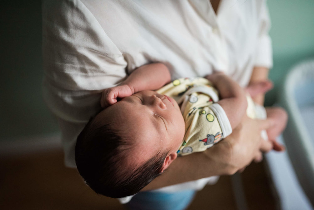 Brooklyn, NY Lifestyle Newborn Photographer Lindsey Victoria Photography based in Litchfield, CT.  Newborn portrait with mom in-home session in Park Slope.