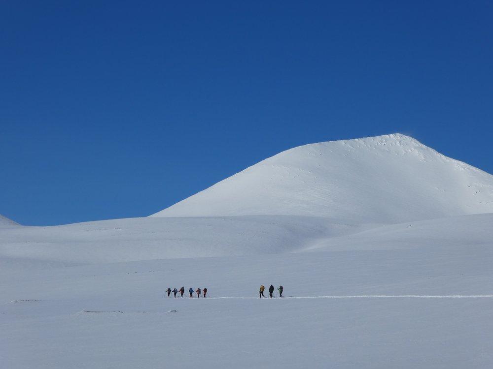 Jotunheimen byr på mange høye topper - vi hjelper deg med å ferdes trygt i fjellet.