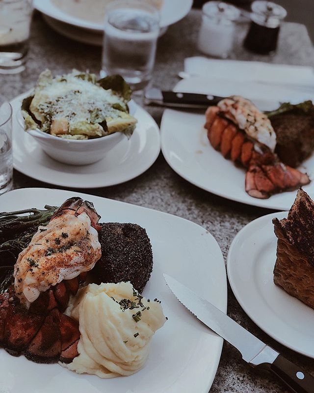My family and I quickly became obsessed with @earlsrestaurant's steak and lobster combo and came back three dinners in a row. 🤤 No regrets. 🙅🏻‍♀️