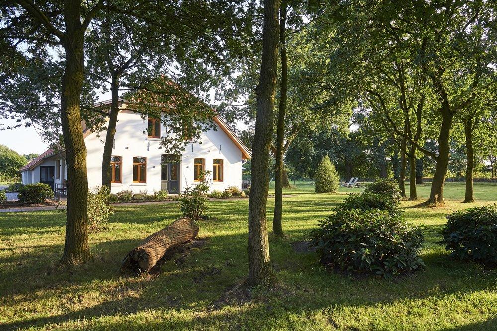 Der Garten  Das Haus ist von einem weitläufigen Garten umgegeben. Die alten Eichenbäume laden zum Verweilen und Entspannen ein. Am Abend kann man hier wunderbar sitzen, die Seele baumeln lassen und auf der einladenden Terrasse grillen oder gemeinsam die Zeit am Lagerfeuer genießen.