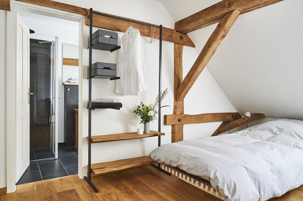Die Schlafzimmer  Für unsere Übernachtungsgäste bietet 6OAKS fünf gemütlich eingerichtete, schallisolierte Doppelzimmer mit Bädern en Suite im ersten Stock.