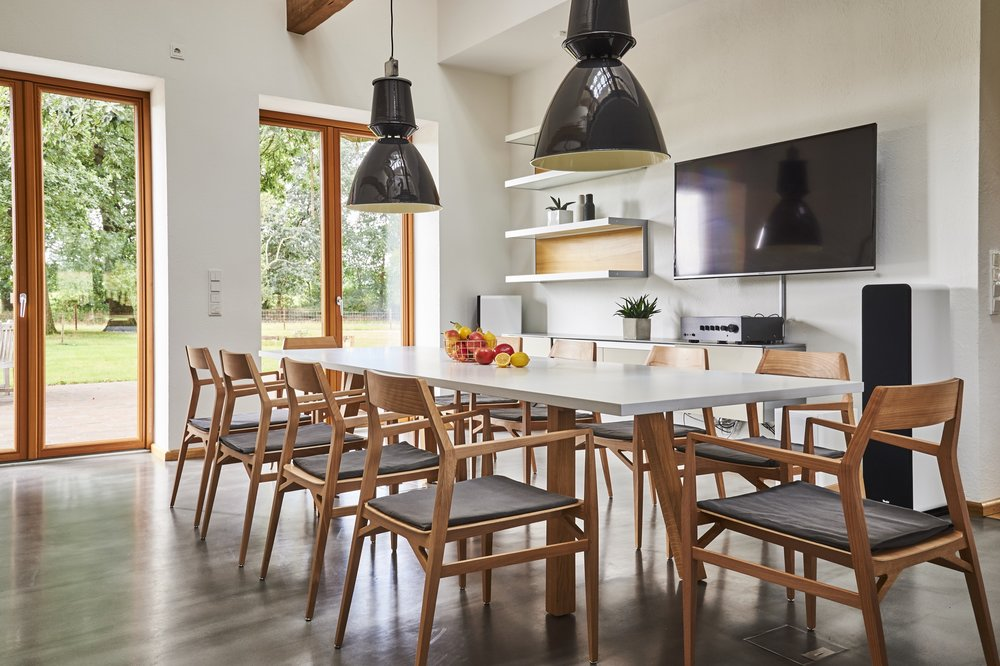Der Essraum  Der große Esstisch ist das Herz des Hauses. An ihm finden zehn oder mehr Personen Platz. Er dient wahlweise als Konferenz- oder Esstisch und auch einfach zum geselligen Beisammensein am Abend.