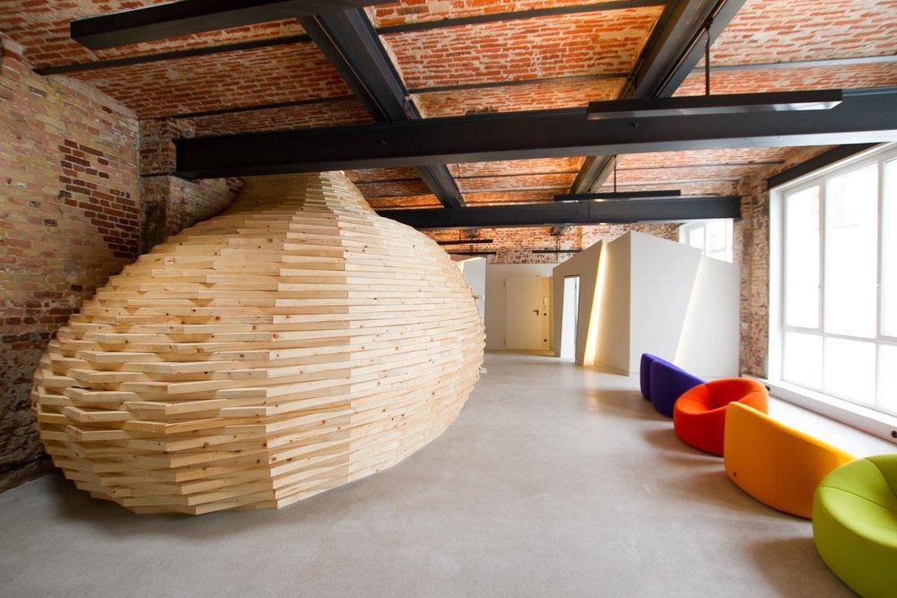 Das Loft mit dem Holzkokon als Gästezimmer.