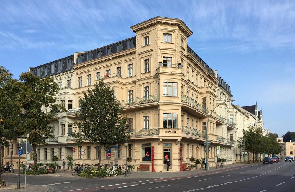 Die liebevoll von Roland Schulze wieder hergestellte Stuckfassade.