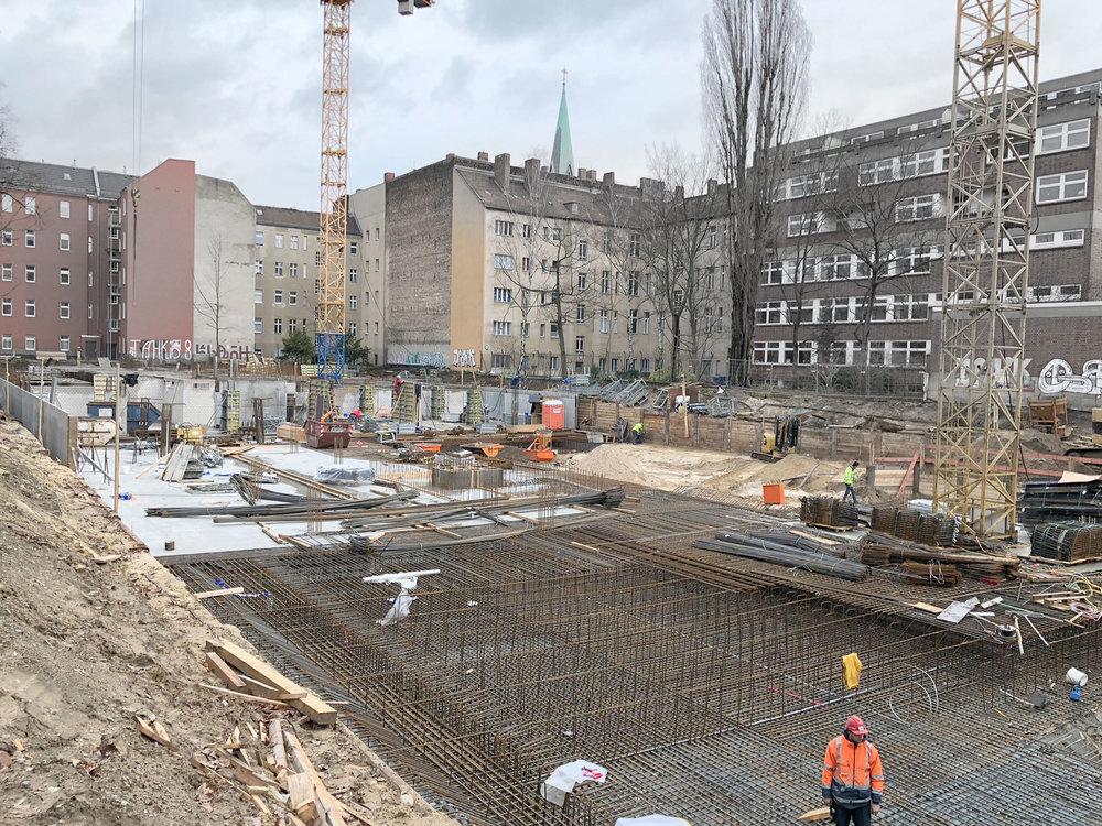 Baubeginn - Seite Juli wird gebaut - das Untergeschoss ist mittlerweile fast komplett.