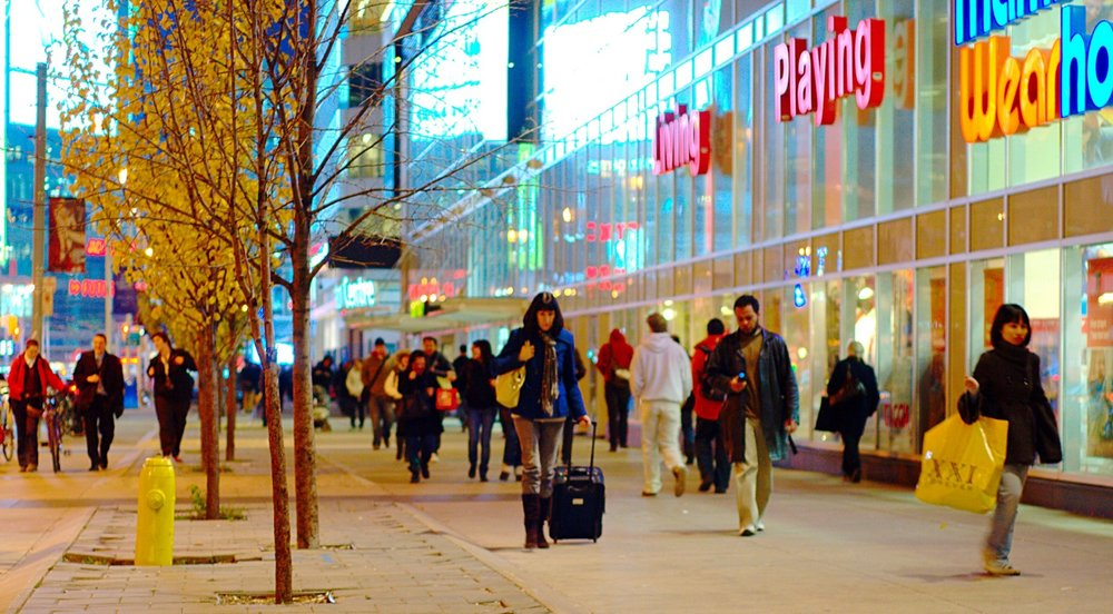 Shoppers_on_Dundas,_near_Yonge.jpg