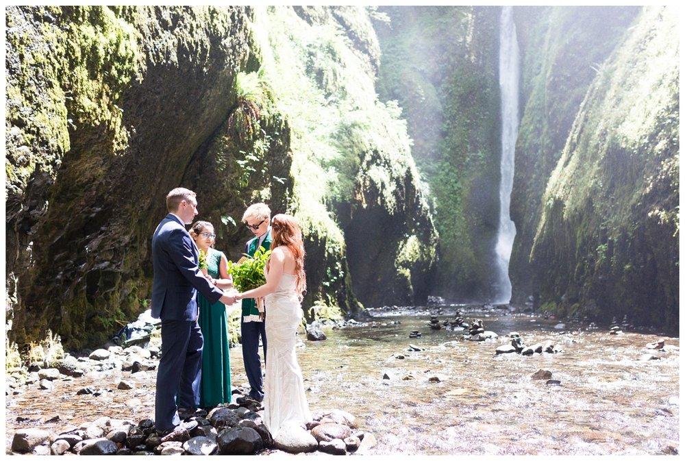 Oneonta-Gorge-Elopement-Photographer-Destination-Wedding_0565.jpg