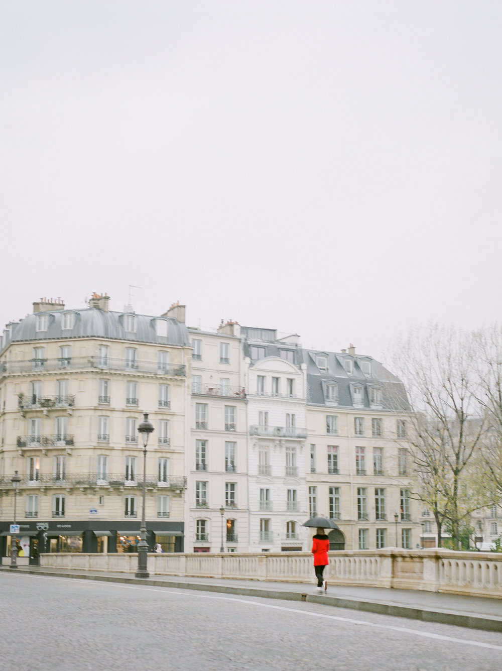 paris-lifestyle-photographer-captures-street-photographer.jpg