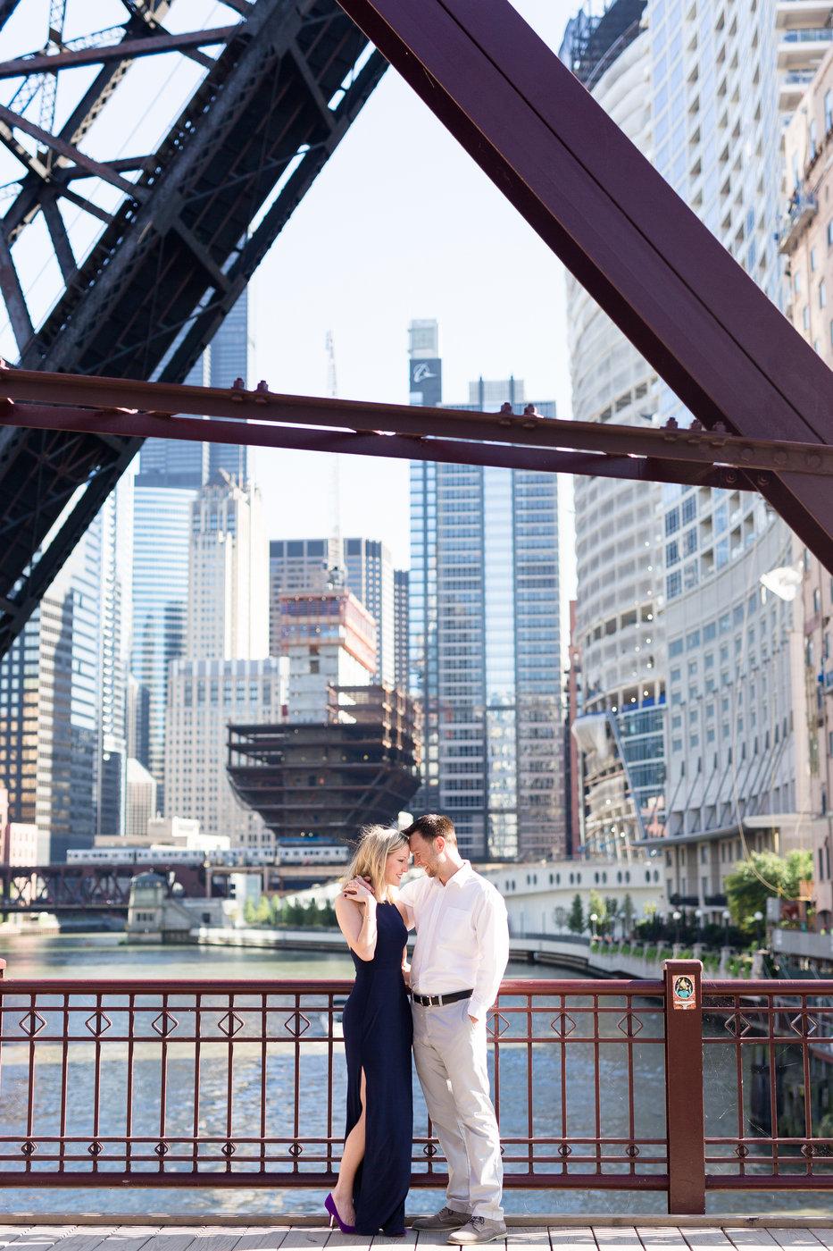 Chicago-Illinois-city-lights-destination-engagement-photos.jpg