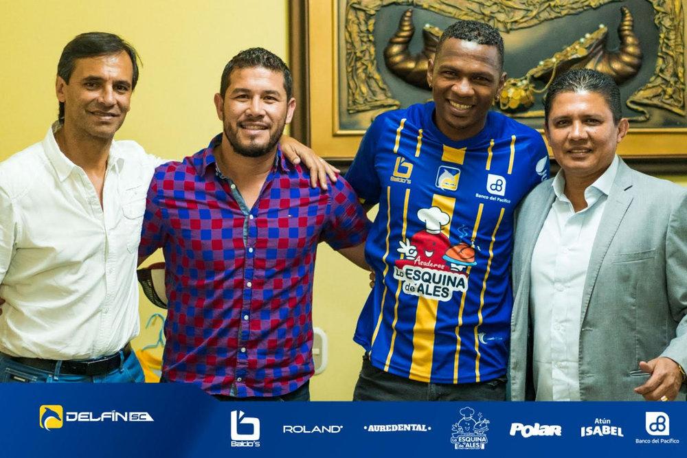 Nuestro refuerzo Alex Bolaños (con la camisa del equipo) junto al presidente José Delgado (der.), al director deportivo, Fabián Bustos (izq.) y nuestro gerente general Mauro Rezabala.