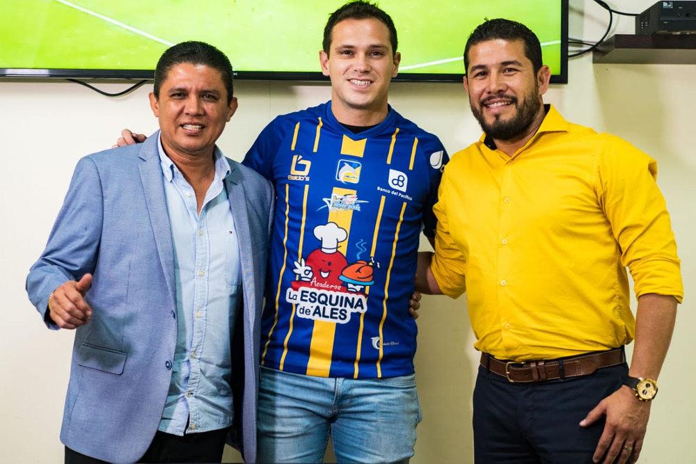 Hernán Hechalar (c) junto al presidente, José Delgado (i) y el gerente, Mauro Rezabala.