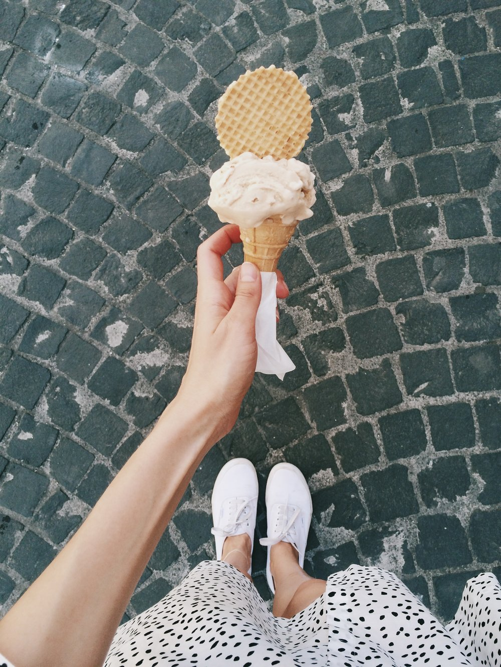 negative-space-woman-eating-ice-cream-walking-summer-daria-shevtsova.jpg