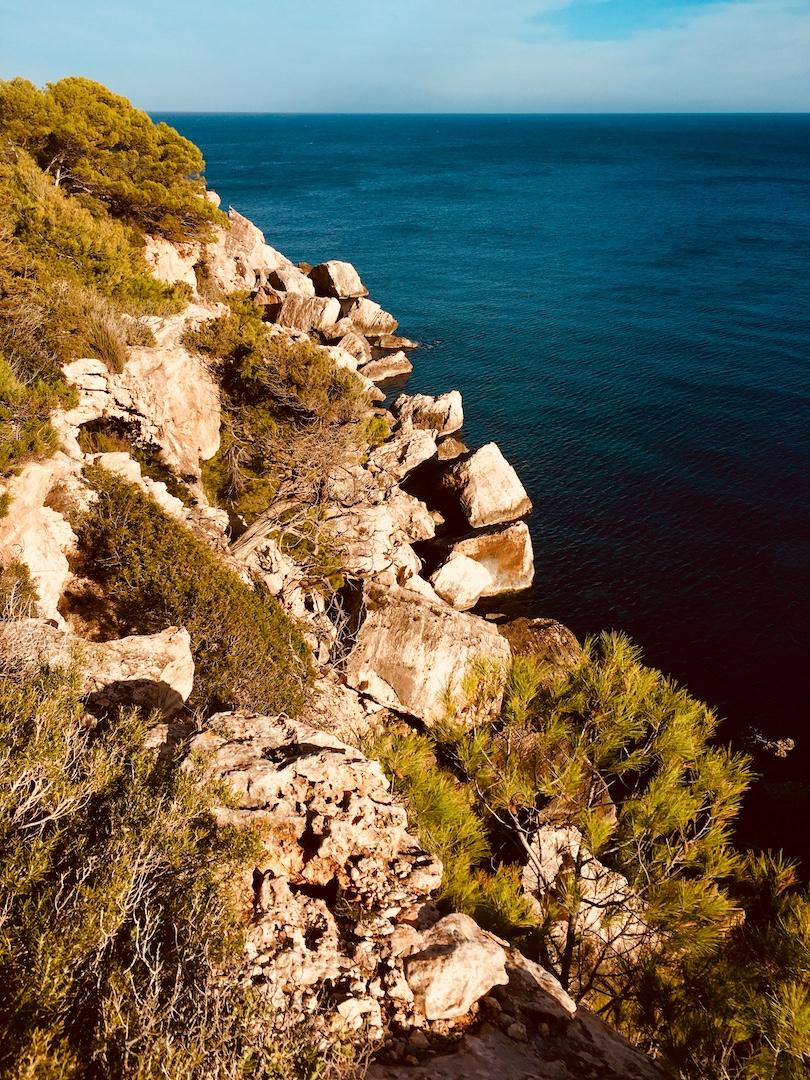 Gesteinsformationen im Meer