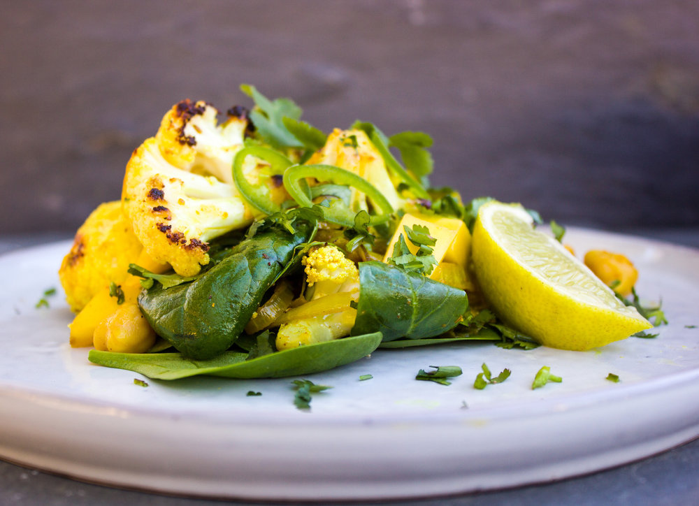 Golden spring salad with chickpeas, mango & cauliflower #30minutemeal #cauliflower #salad #mango