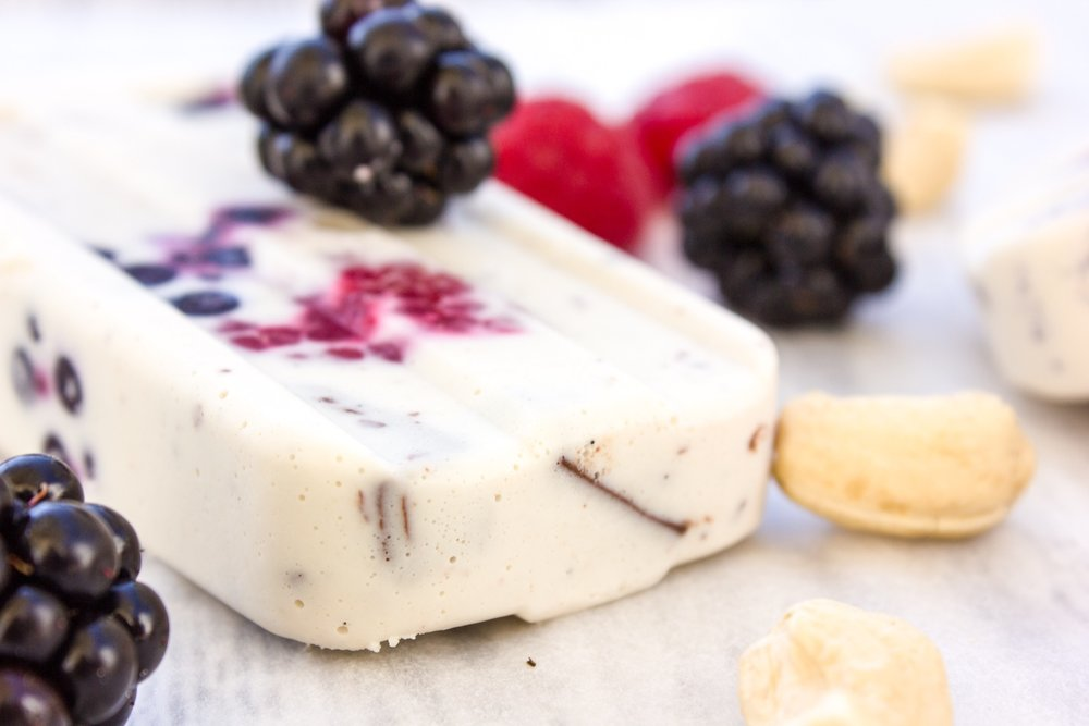 Cashew coconut popsicles with berries and chocolate. Vegan, yummy, easy to make and healthy!