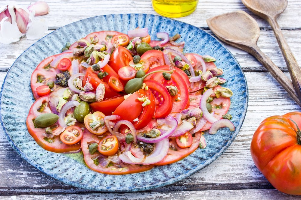 summerly tomato salad with capers and pistachios. Easy to make, healthy and vegan!