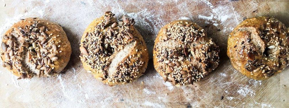 Herzhafte Vollkorn Bagels. Einfach gemacht und bestens für Backanfänger geeignet. #bagels #backen #vollkorn #gesund #frühstück #einfach