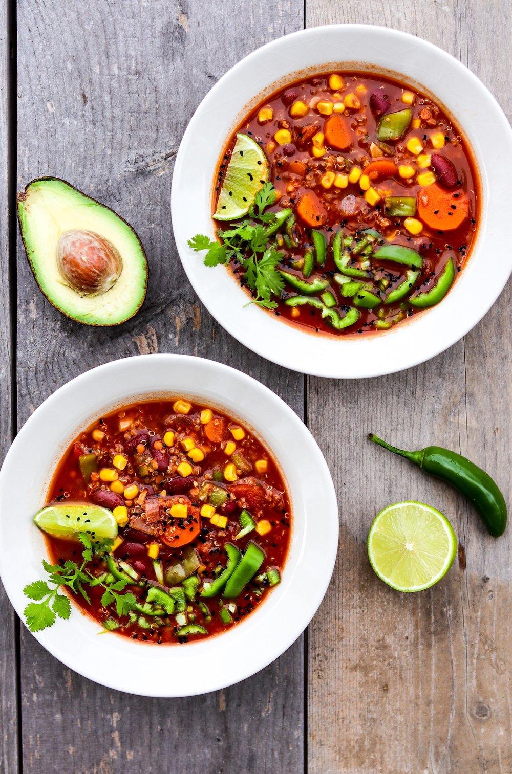 Wärmendes Chili sin carne aus Quinoa und Bohnen.