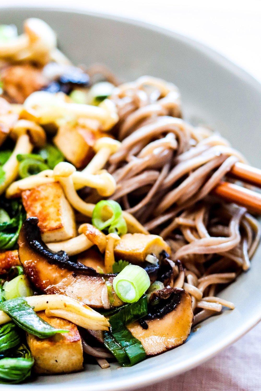 Soba Nudeln mit Bok Choi, Pilzen und Tofu. Lecker, vegan & gluten-frei.