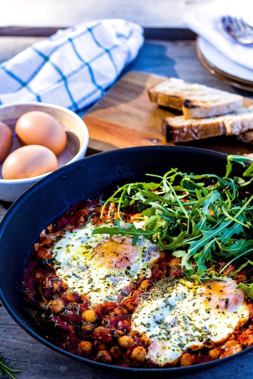 Frühstückspfanne mit Kichererbsen, Spiegelei und einer pikanten Harissa-Tomaten-Salsa.