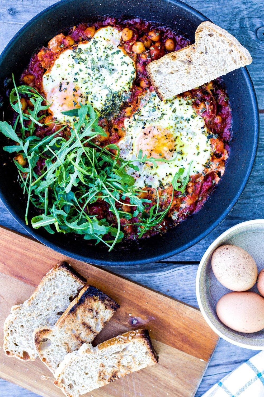 Frühstückspfanne mit Kichererbsen, Spiegelei und einer pikanten Harissa-Tomaten-Salsa.  #frühstück #herzhaft #ei
