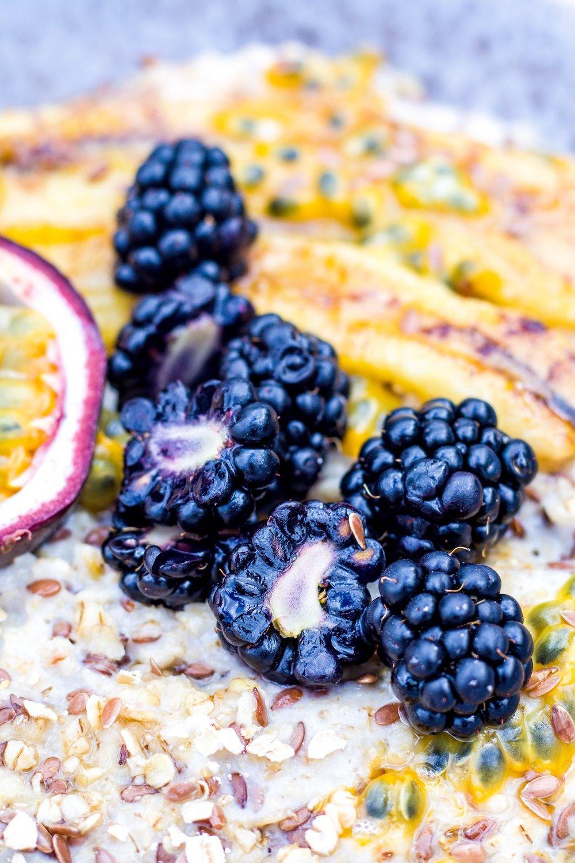 Leckeres und wärmendes Porridge mit Leinsamen, gebackener Banane, Brombeeren und Maracuja. #porridge #vegan #frühstück #gesund #haferflocken #haferbrei