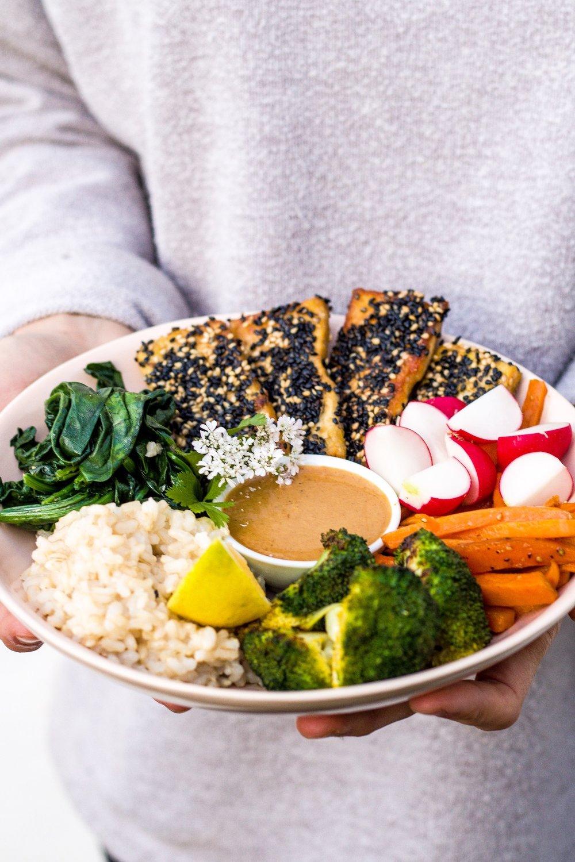 Gesunde bliss bowl mit viel Gemüse, Miso-Dressing und Knuspertofu. #vegan #gesund #lecker #bowl