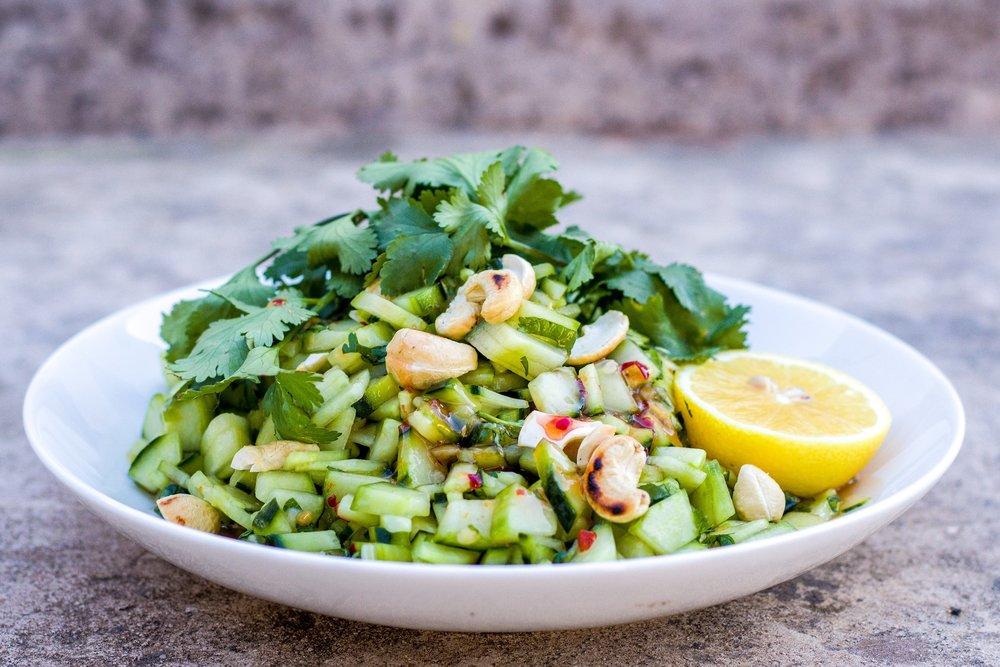 Schneller und super einfacher asiatischer Gurken-Salat aus nur 4 Zutaten. #cashews #gurke #koriander
