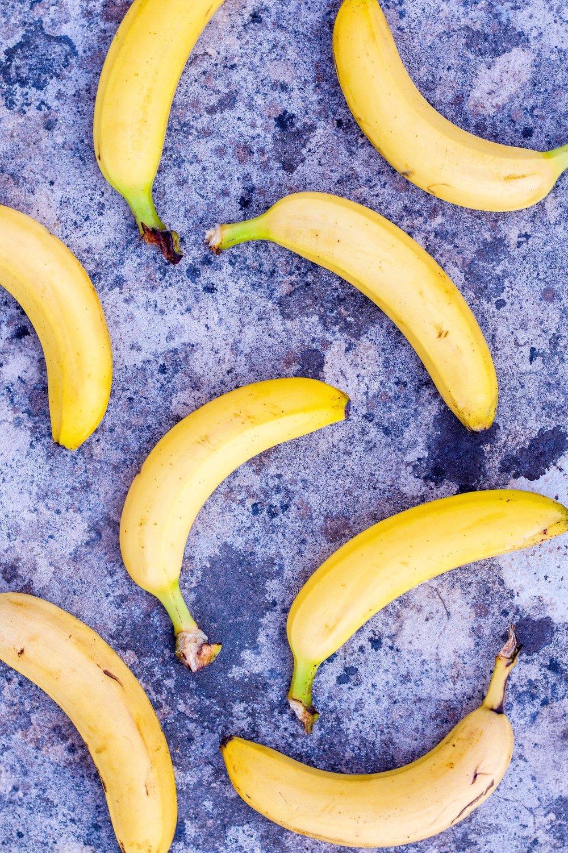 Gesunde Ice-Pops aus Banane und Schokolade. Super lecker, erfrischend und im Nullkommanix zubereitet. Vegan und GF #icepops #desserts #eis #banane #nicecream #gesund
