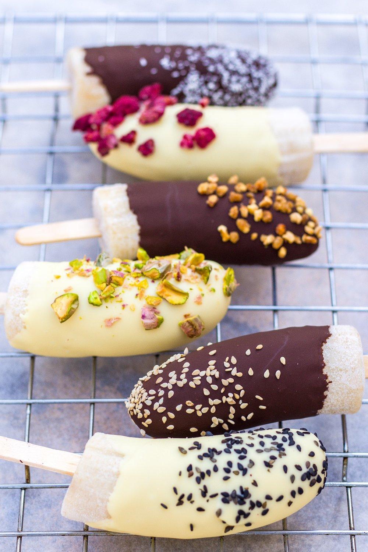 Gesunde Eis-Pops aus Banane und Schokolade. Super lecker, erfrischend und im Nullkommanix zubereitet. Vegan und GF #icepops #desserts #eis #banane #nicecream #gesund